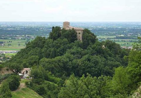 """A Canossa chiuso, al Bianello """"boom"""" di turisti."""